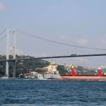 Cargo passant sous le pont du Bosphore