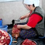 Découpe de la viande sacrifiée dans un village d'Anatolie