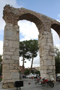Des vestiges au coin d'une rue de Selçuk