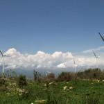 Des éoliennes se mêlent aux pierres sur le massif du Latmos