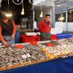 Marchands de poissons au marché de Samatya