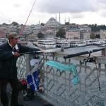 Pêcheurs sur le pont de Galata à Istanbul
