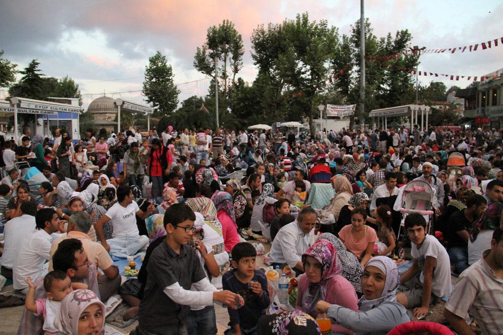 Sur la place de la mosquée d'Eyüp durant le Ramadan