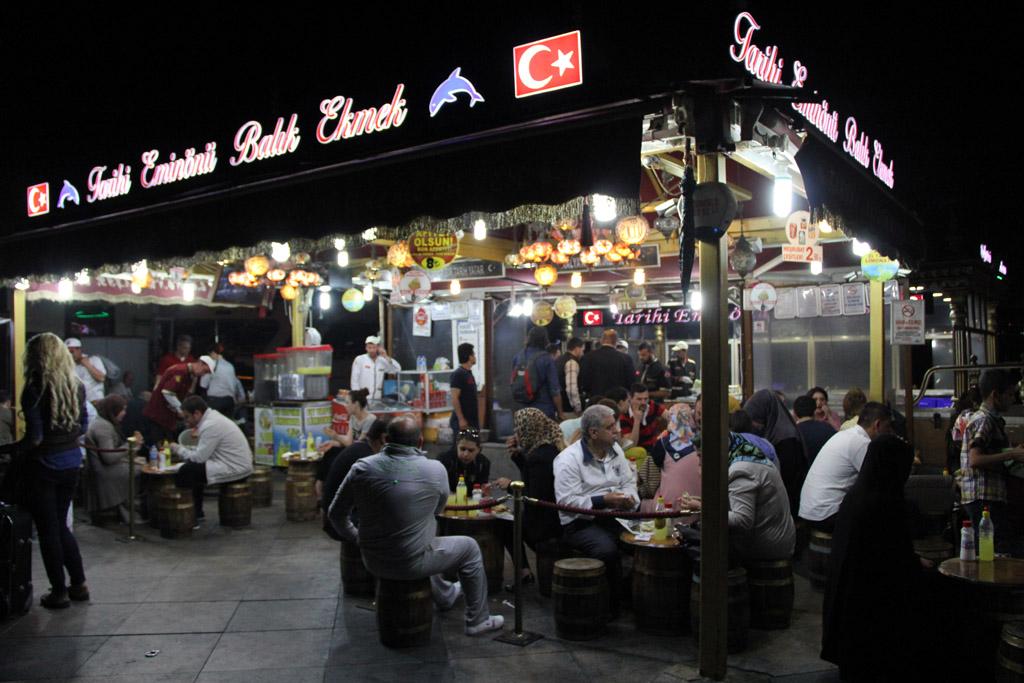 Un petit sandwich au poisson à Eminönü