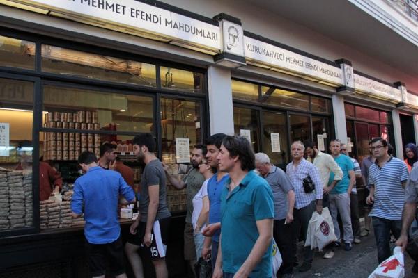 File d'attente devant le marché de café le plus célèbre d'Istanbul