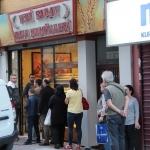 File d'attente devant un four à pain d'Istanbul à l'approche de l'iftar