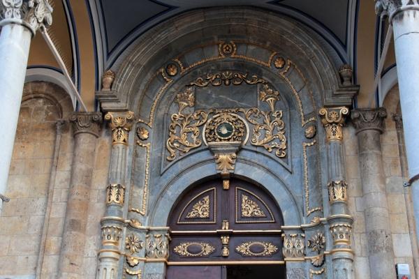 Riche décoration de la porte de la mosquée Aziziye à Konya