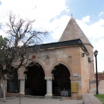 A gauche, mûrier de 700 ans, musée Hacibektaş