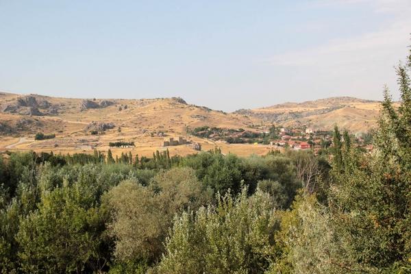 Village de Boğazkale et à gauche le site de Hattuşa
