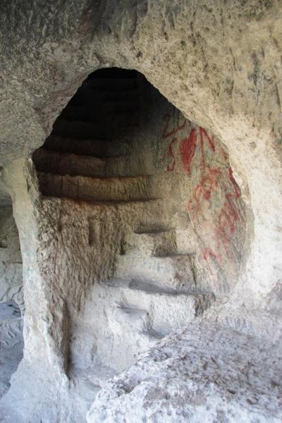 Un des escaliers des grottes monastiques d'Inceğiz