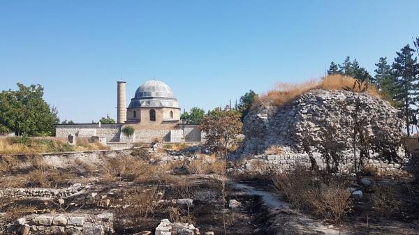 Vue sur l'ancienne mosquée - Ulu Camii - et les restes de la medresa, Battalgazi