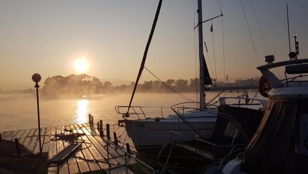 Lever de soleil sur le port d'Iskele-Urla